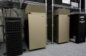 これまで使っていたマシンとともに、Tesla V100を4基搭載するNVIDIA DGX Stationが2台並ぶ